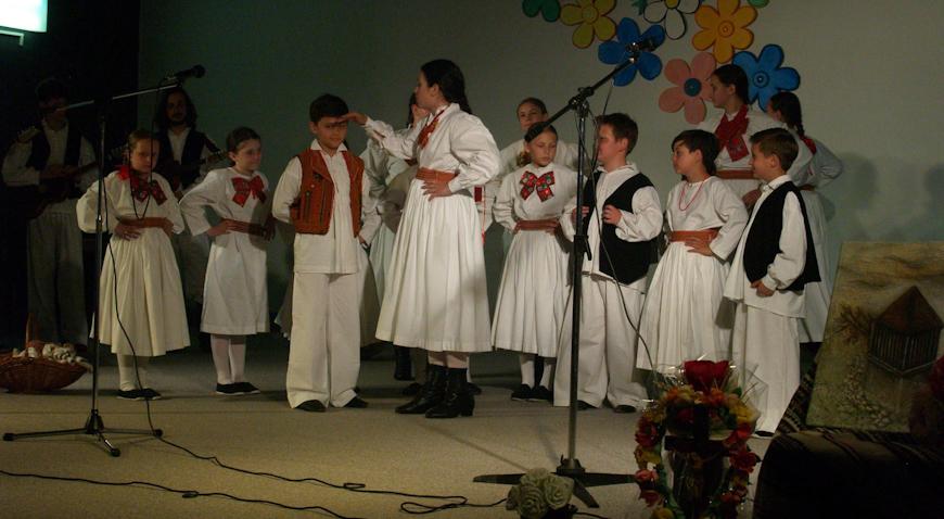 FOTO: Velik broj djece veseli, jer oni čuvaju tradiciju