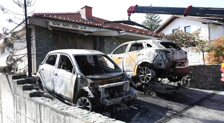 Ispred obiteljske kuće na Maksimiru izgorjela dva vozila