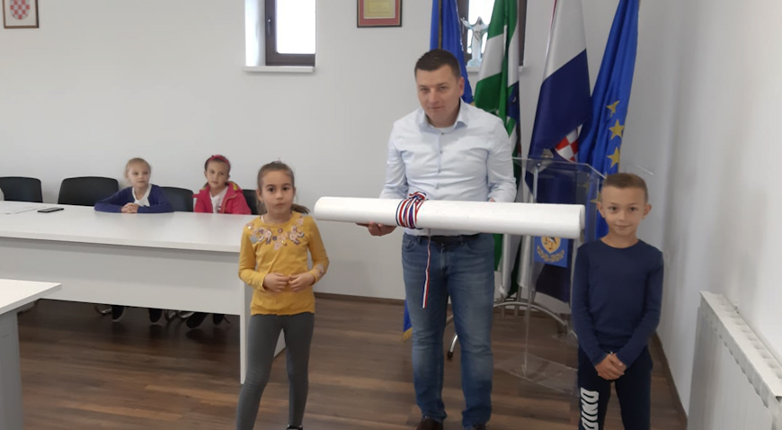 Školarci predali načelniku Mati Čičku Konvenciju o svojim pravima