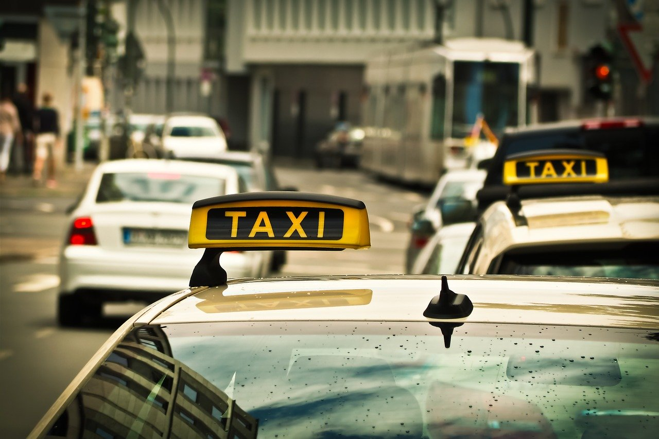 Iskoristili nepažnju taksista i ukrali mu novčanik