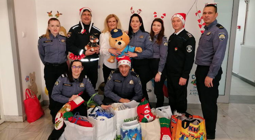 ZA SVAKU POHVALU – Policajci iz Centra darivali djecu u Klaićevoj