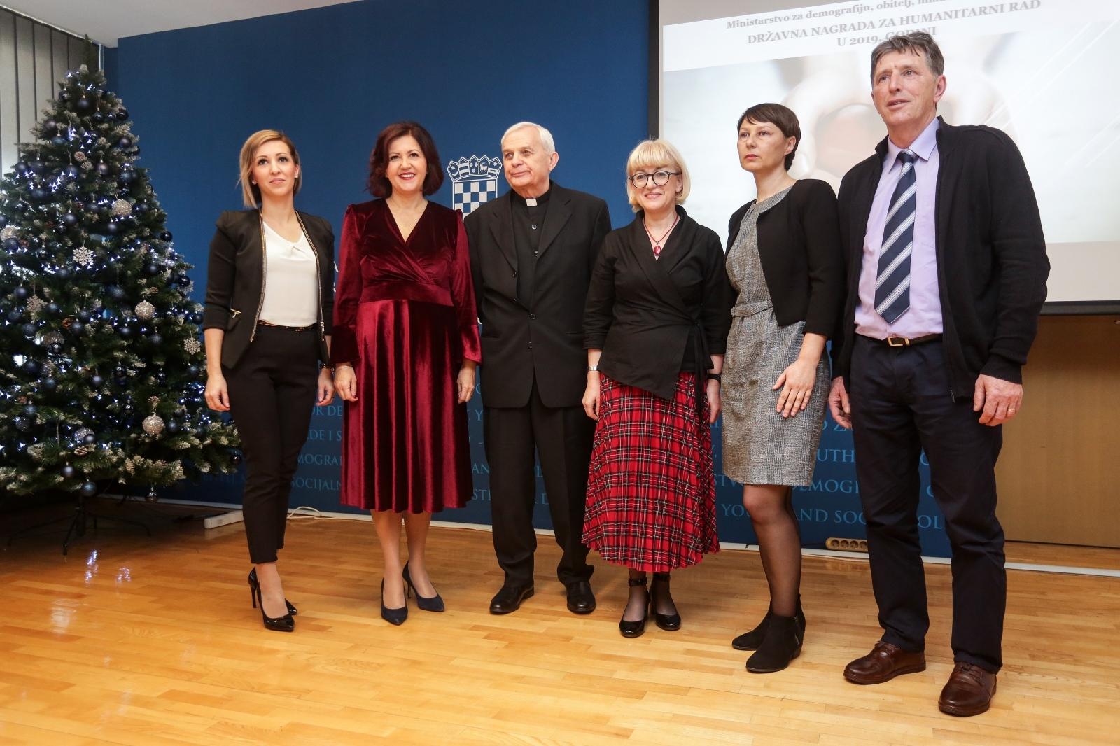 Za neizmjeran humanitarni rad velečasnom Ivanu Radeljaku uručena nagrada za životno djelo