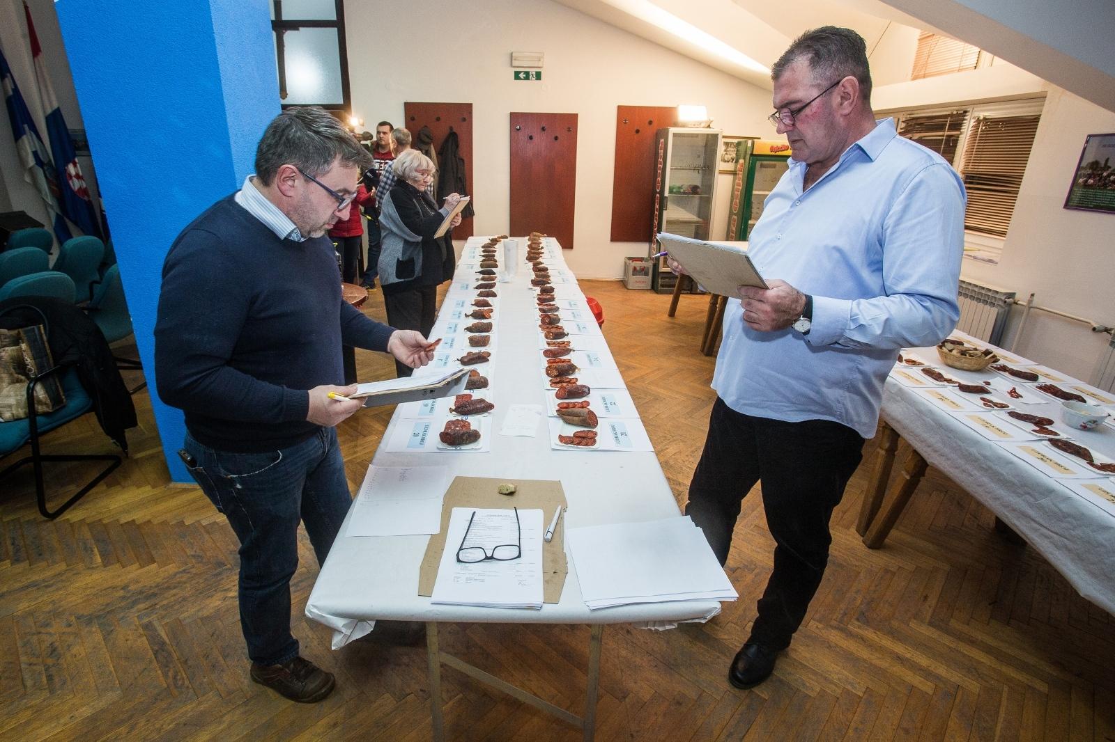 VIDEO: Donjogradska kobasijada okupila najbolje primjerke domaće slavonske kobasice