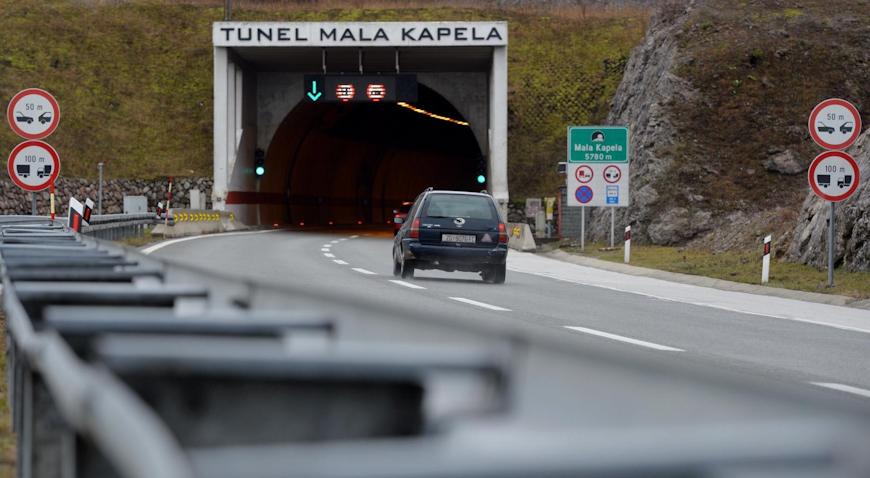 U prometnoj nesreći u tunelu Mala Kapela poginuo vozač