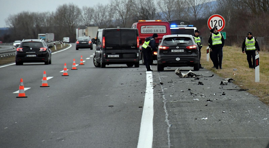 Kod Starog Petrovog sela vozilo udarilo u vojni kamion; vozač poginuo