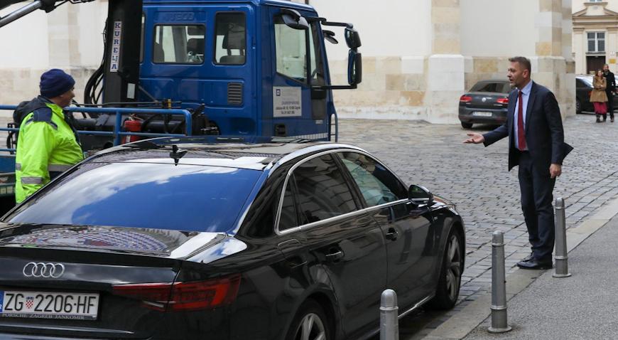 VIDEO: Beljak parkirao na ulaz u Sabor, pauk mu želio dići auto